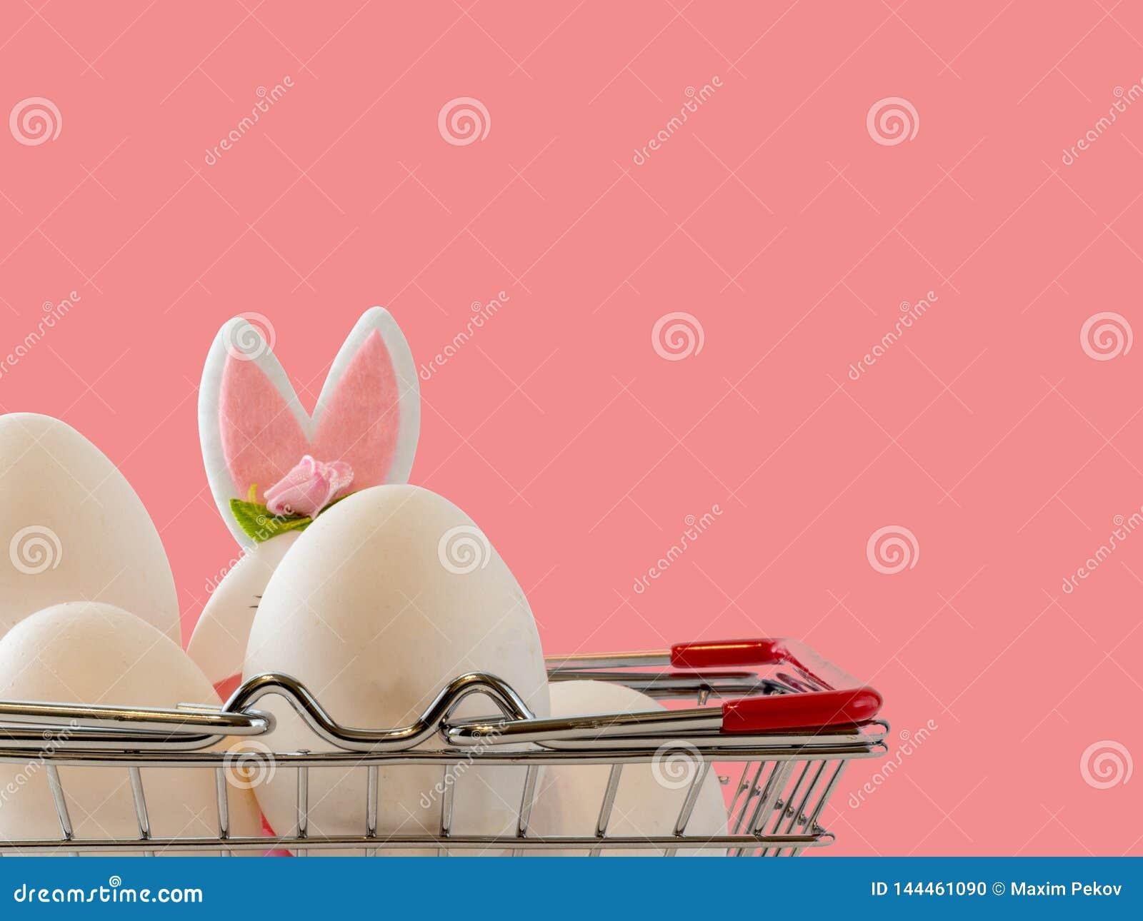 Ostern-Szene mit farbigen Eiern, Osterhase, rosa Hintergrund