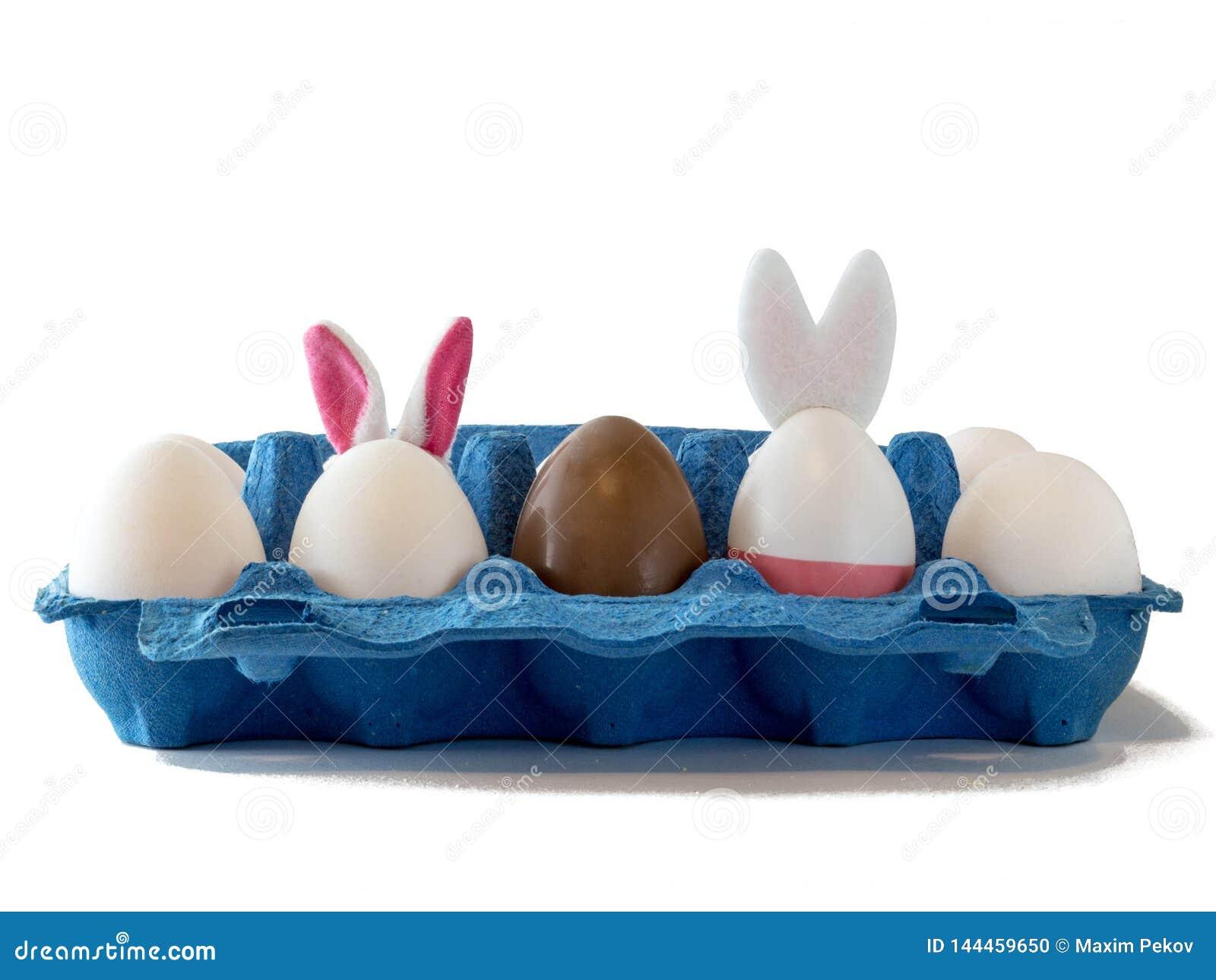 Ostern-Szene mit farbigen Eiern, Osterhase, weißer Hintergrund