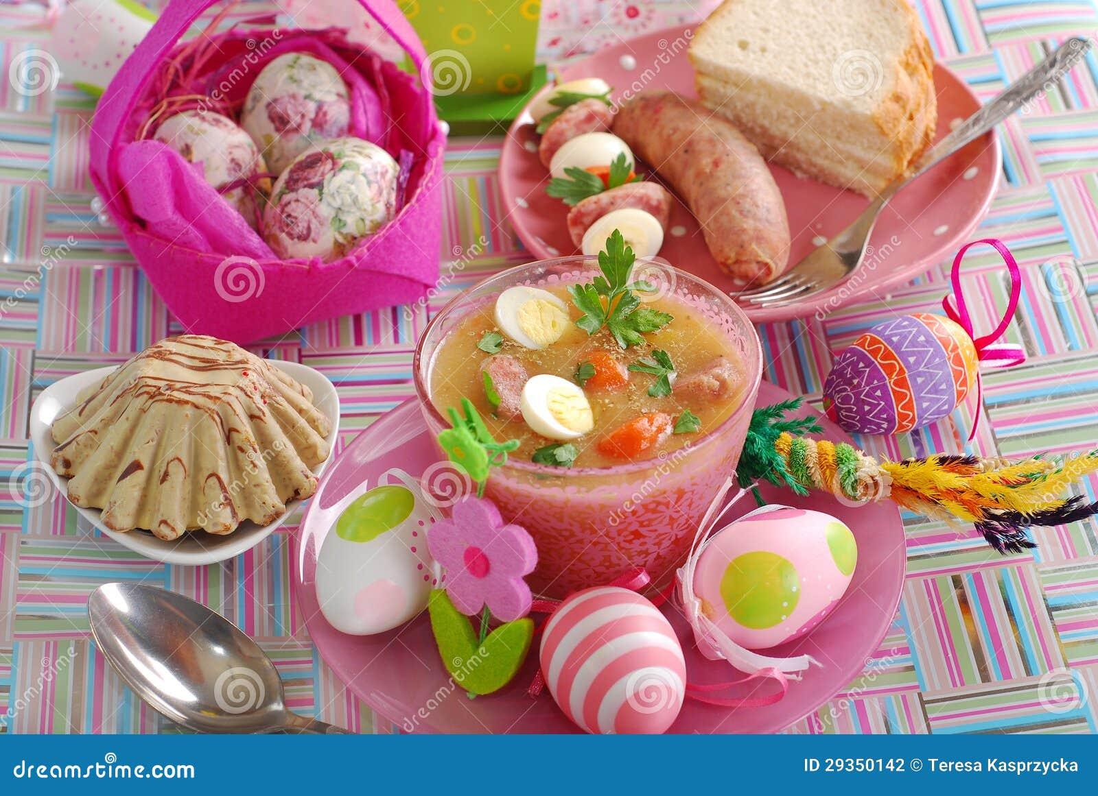 Ostern-Tabelle Mit Traditionellen Polnischen Tellern Stockfoto ...