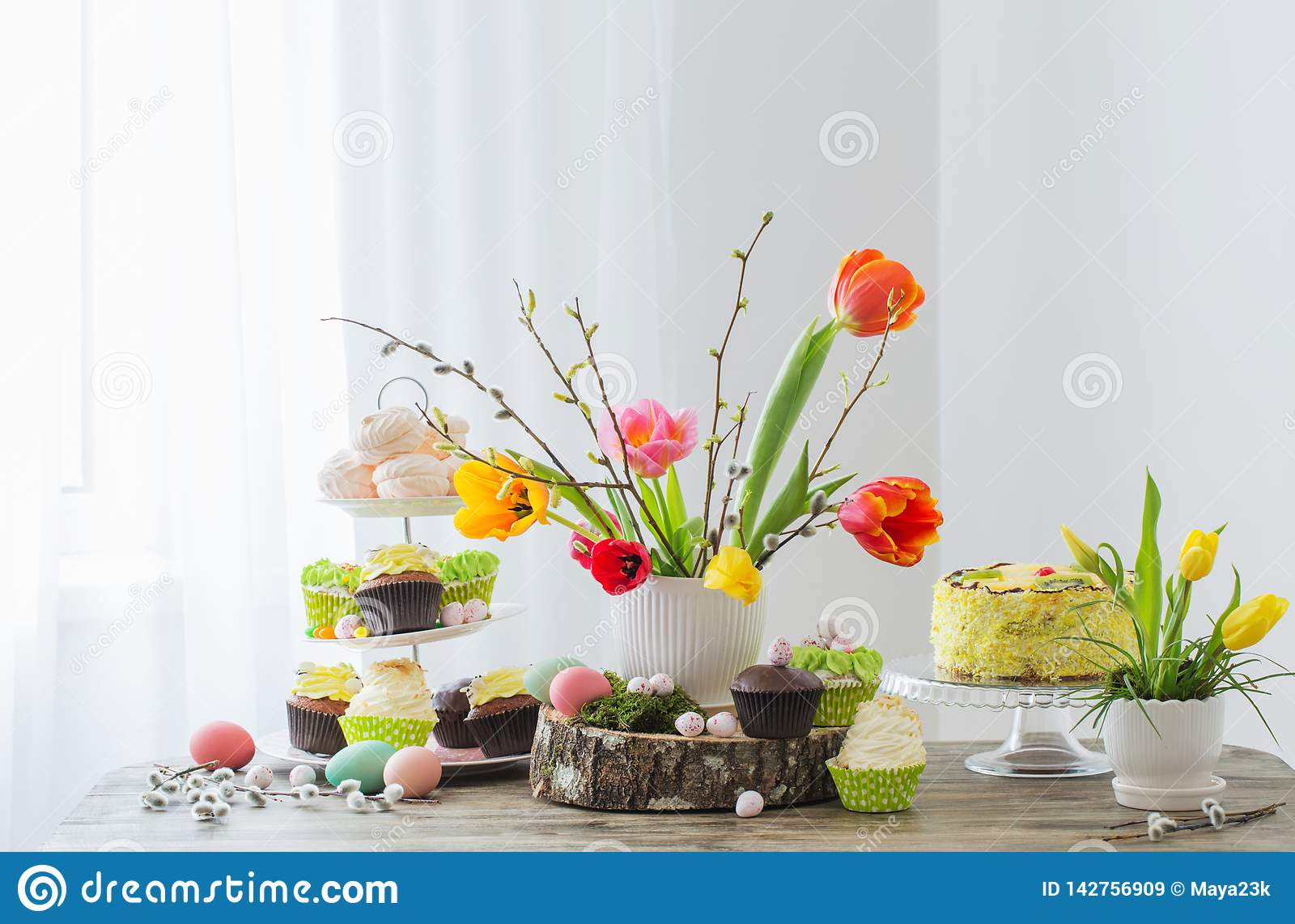 Ostern-Tabelle mit Tulpen und Dekorationen