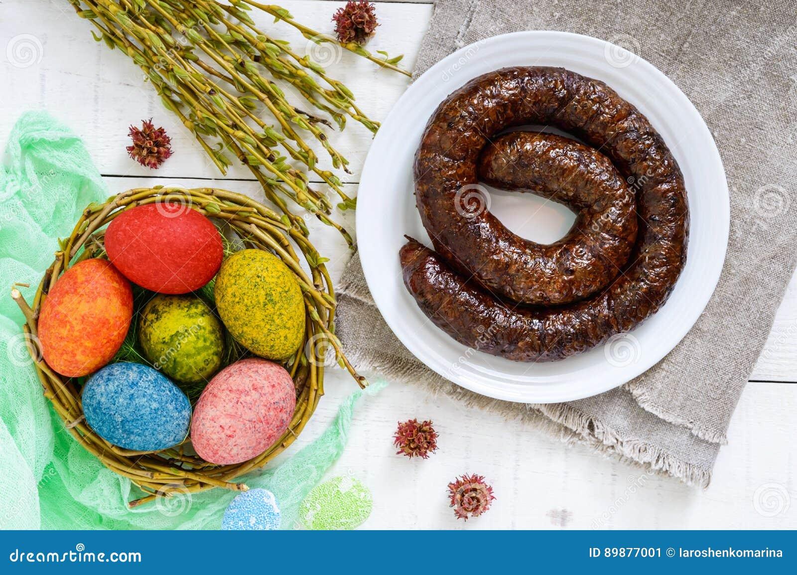 Ostern Teller Bunte Farbige Eier Selbst Gemachter Wurstring