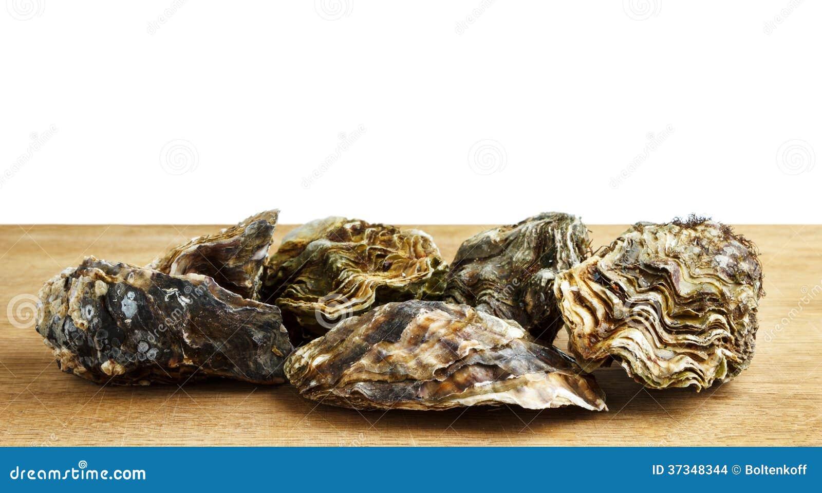 Ostras enteras en una superficie de madera