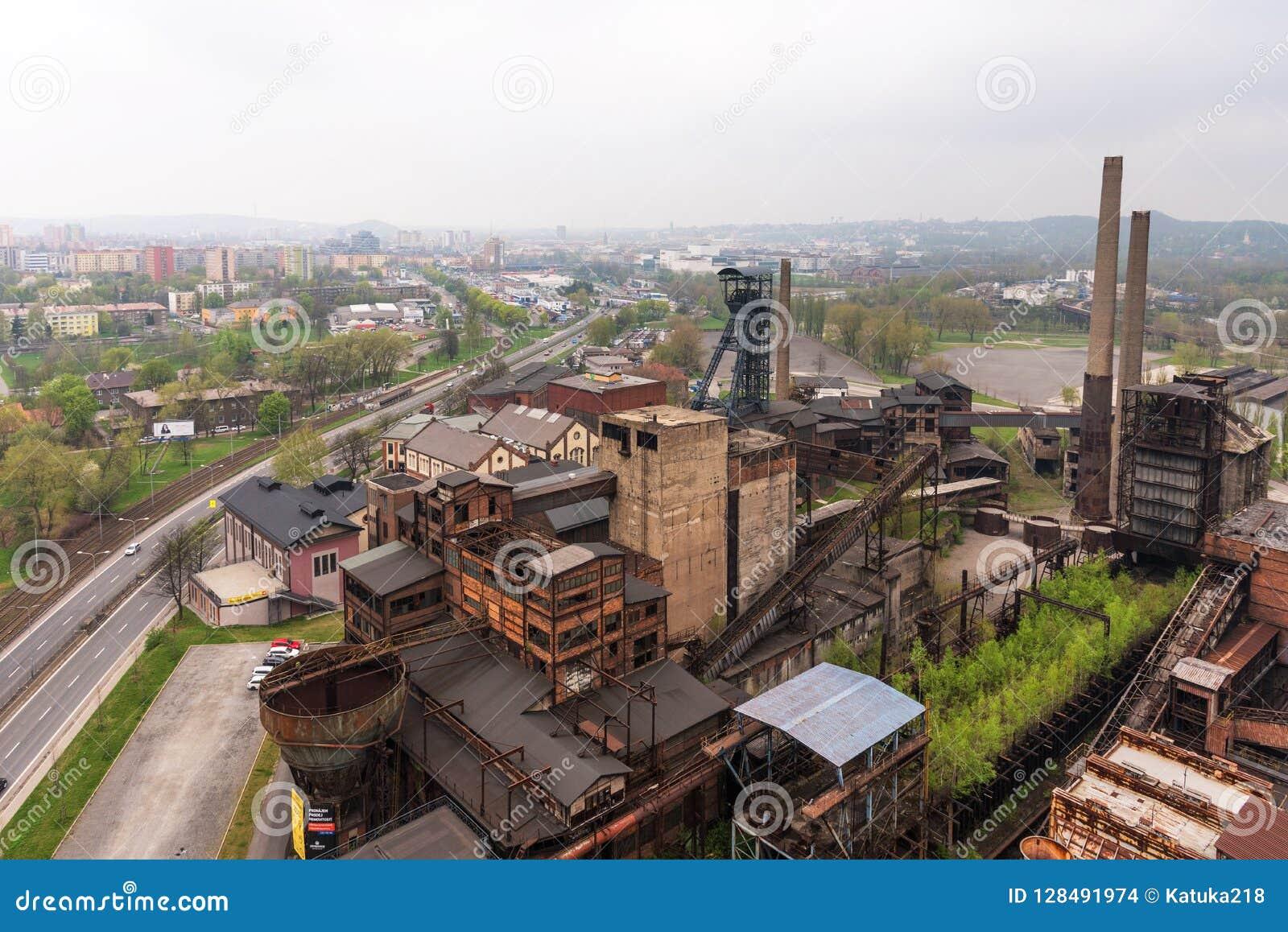 Ostrava, Tsjechische Republiek - 17 April, 2018: Panorama van het lagere Vitkovice-district van de Bouttoren in Ostrava, Tsjechis
