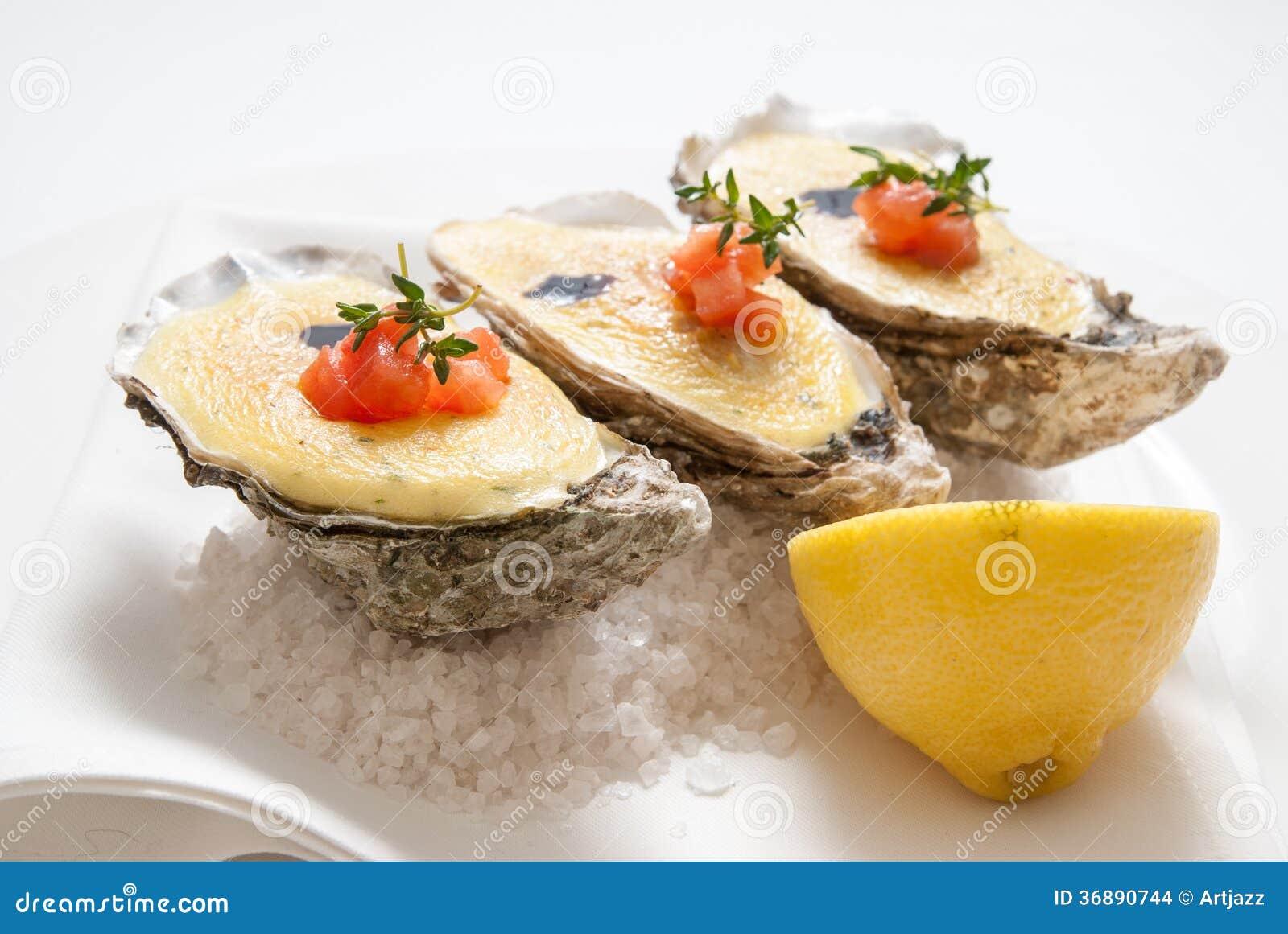 Download Ostriche Con Salsa Ed Il Limone Sul Piatto Fotografia Stock - Immagine di fresco, freddo: 36890744