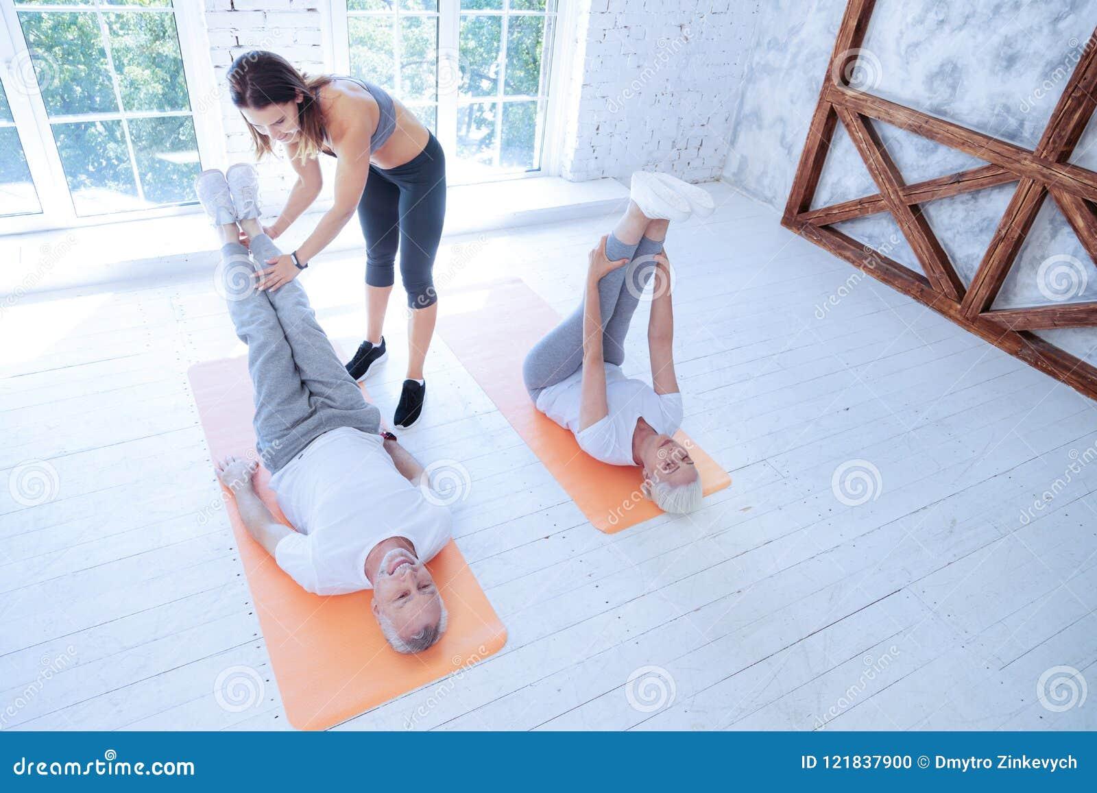 Ostrożny sprawność fizyczna trener pomaga jej klienta