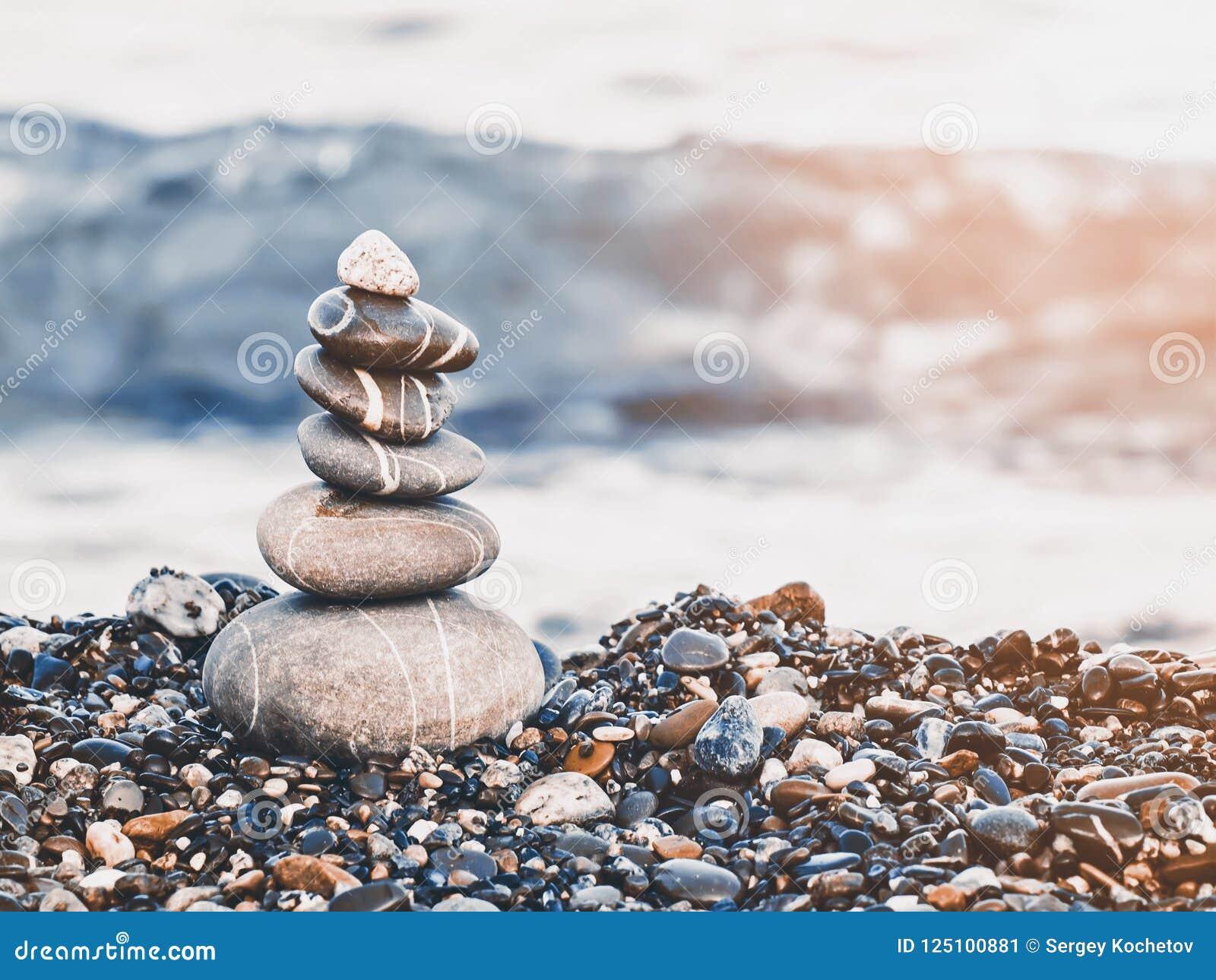 Ostrosłup otoczaki na plaży Fala w tle styl retro