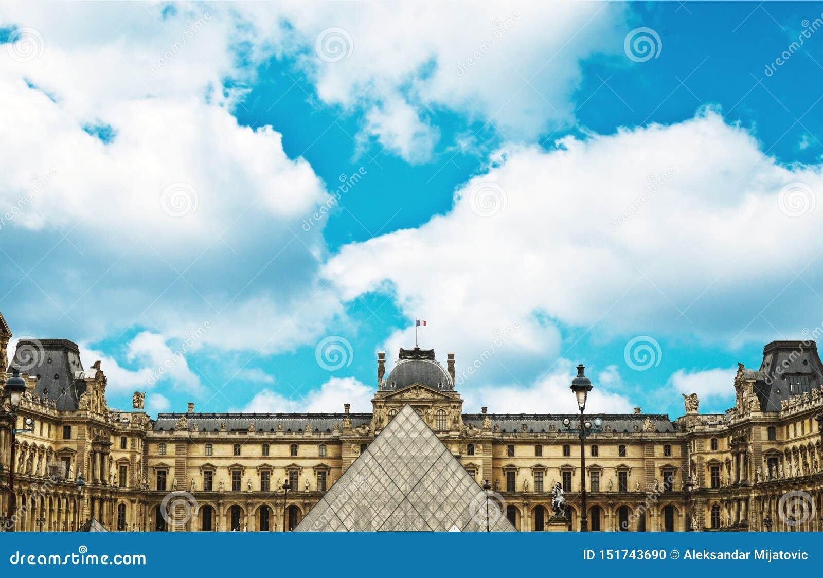 Ostrosłupa i louvre muzeum - Paryski Francja