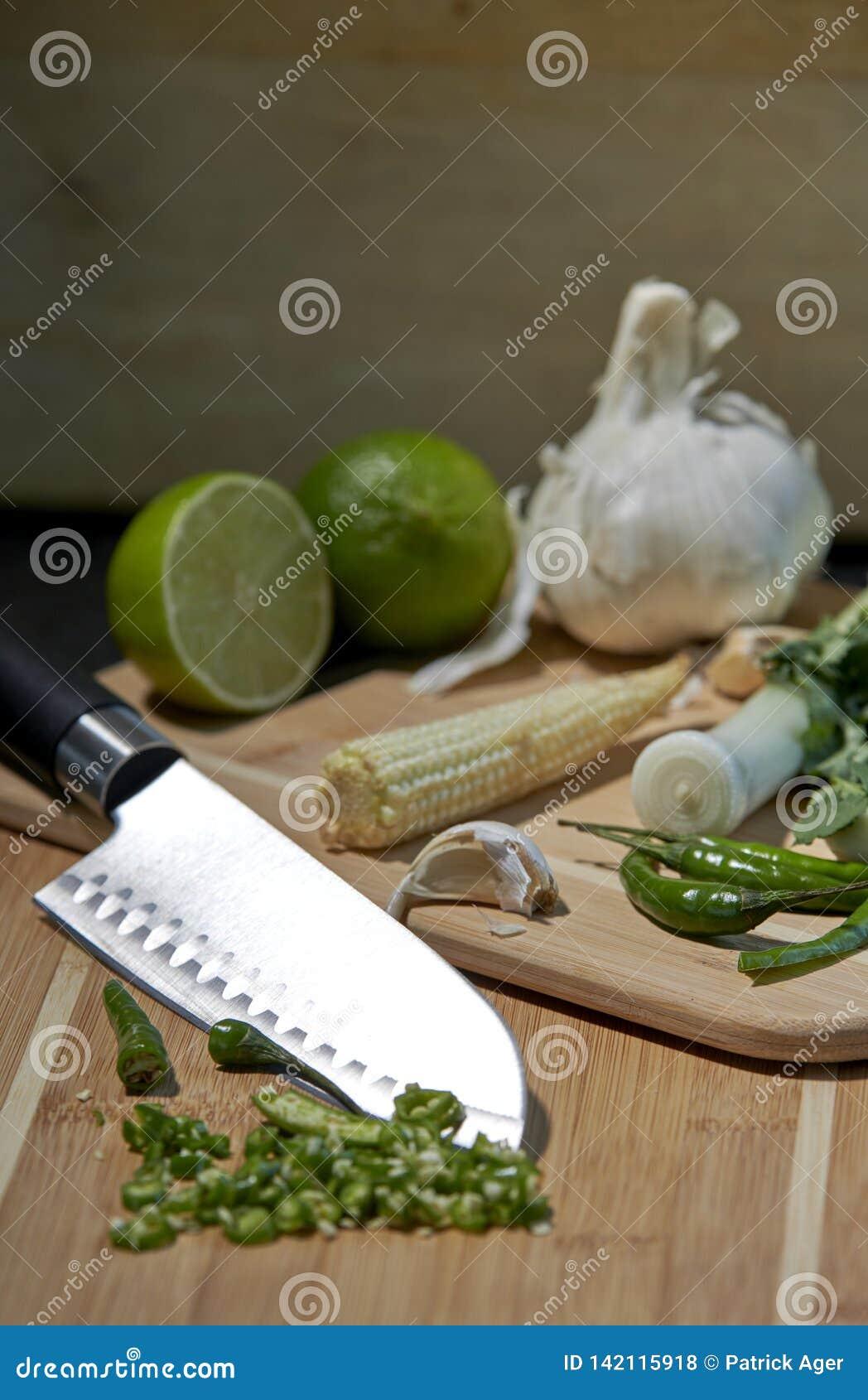 Ostry nóż i składniki dla fertania smażymy lub zyskujemy przychylność z nieociosanym tłem