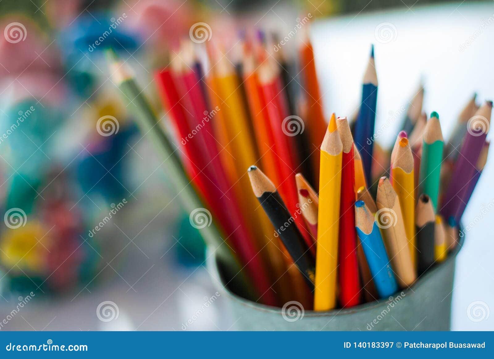 Ostrze i stępia kolorów ołówki stawia w wiadrze gotowym używać w sztuka warsztacie