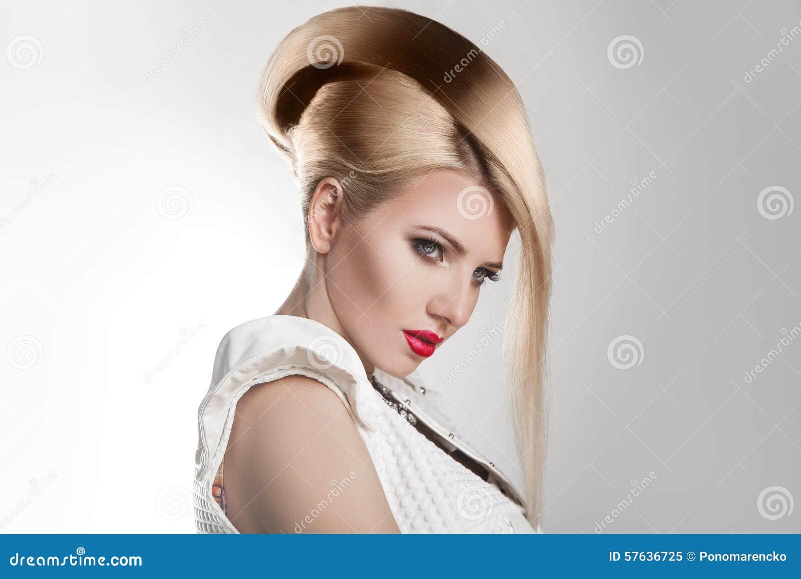 Ostrzyżenia pięknej blond dziewczyny włosianej ostrzyżenia fryzury zdrowy skrót fryzury