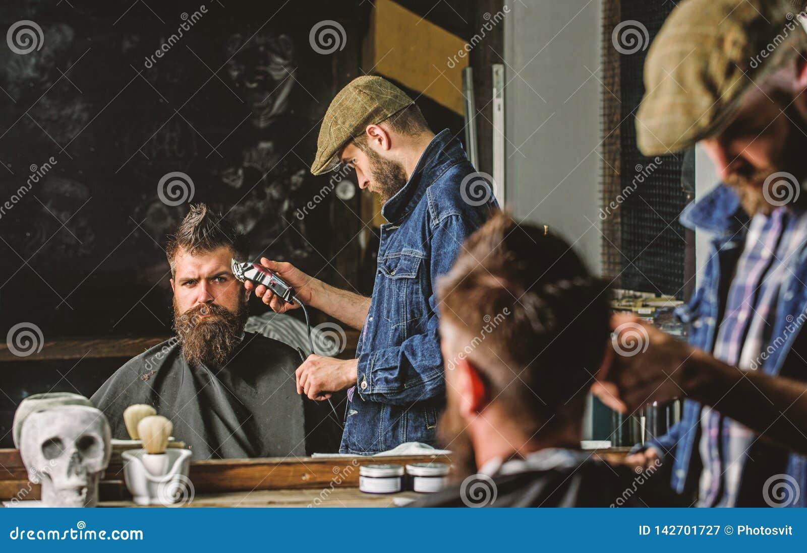 Ostrzyżenia pojęcie Fryzjer męski z włosianym cążki pracuje na fryzurze dla mężczyzna z brodą, zakładu fryzjerskiego tło Fryzjera