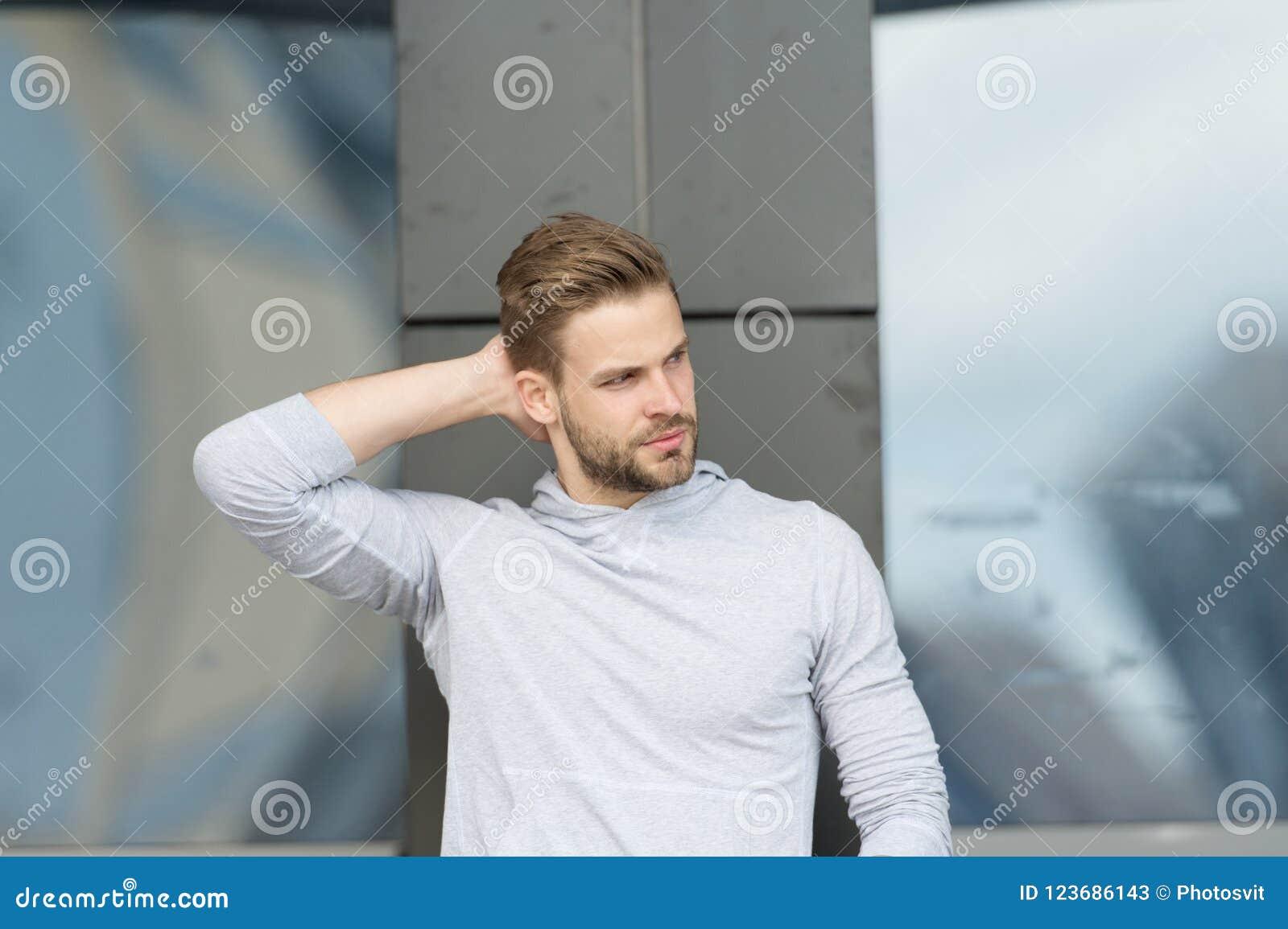 Ostrzyżenia pojęcie Mężczyzna z eleganckim ostrzyżeniem Młody człowiek z nowym ostrzyżeniem Przystojny faceta dotyka włosy ostrzy