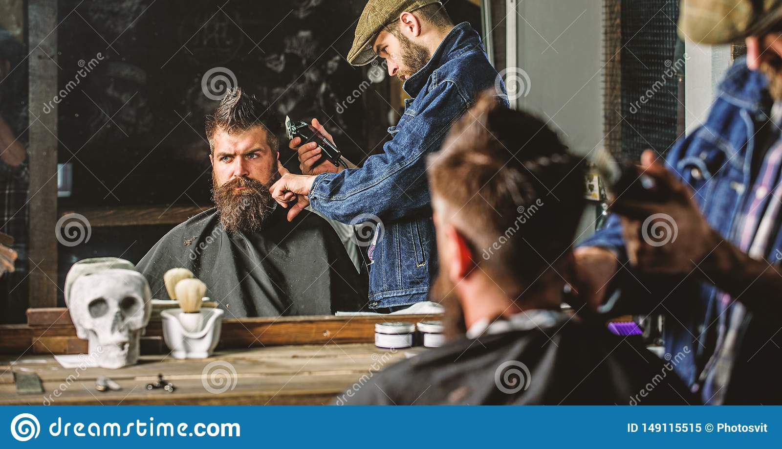 Ostrzy?enia poj?cie Fryzjer m?ski z w?osianym c??ki pracuje na fryzurze dla m??czyzna z brod?, zak?adu fryzjerskiego t?o Modnisia