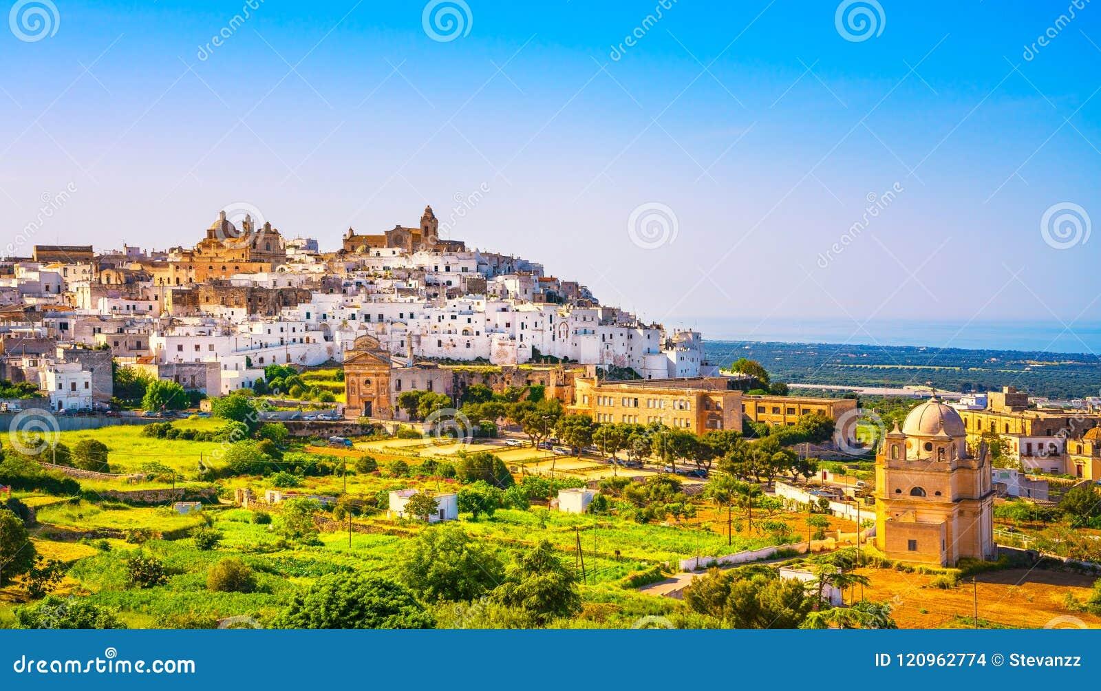 Ostuni vit stadhorisont och kyrka, Brindisi, Apulia, Italien