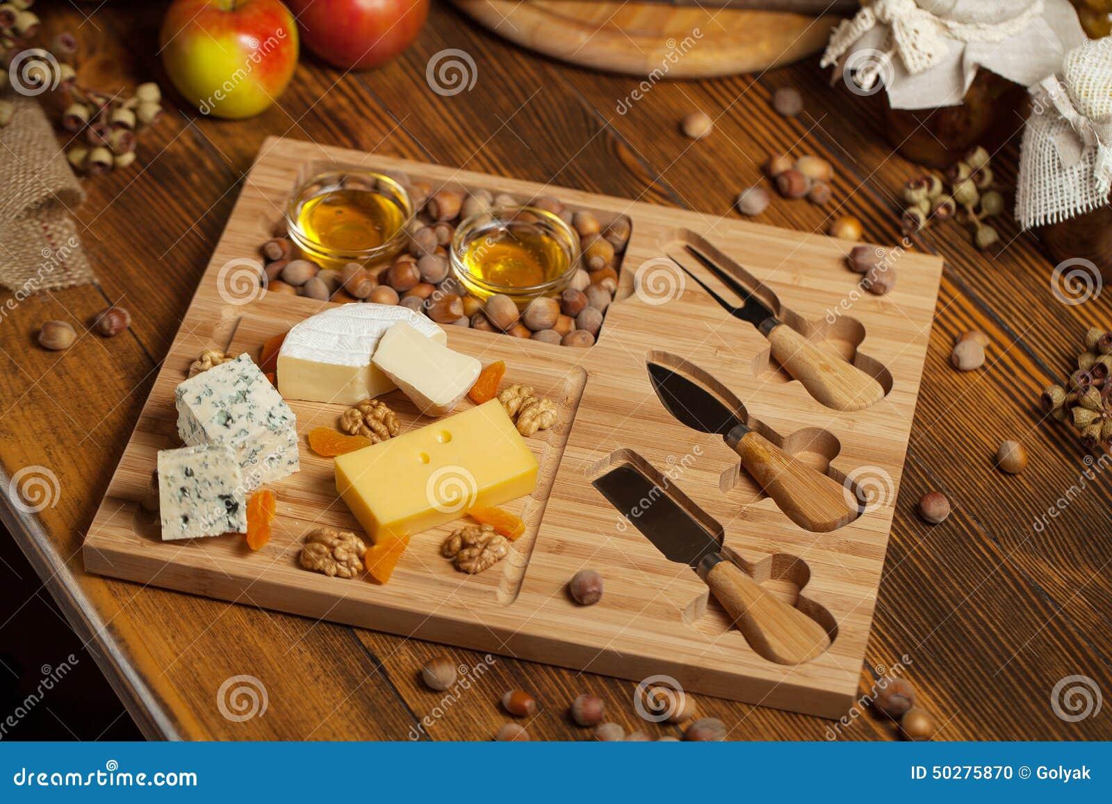 Ostuppläggningsfat med olika ostar