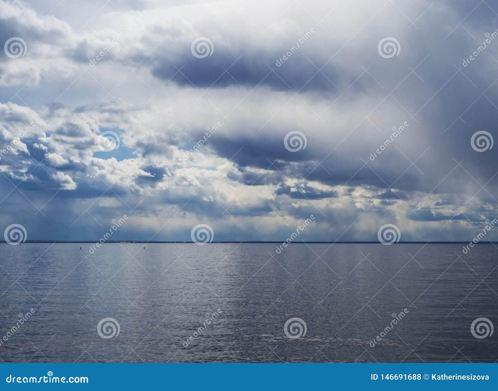 Oszałamiająco krajobraz błękitny morze i chmurny niebo
