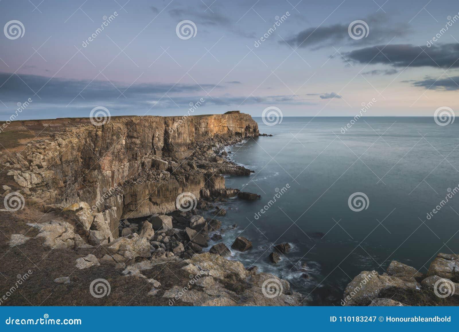Oszałamiająco krajobrazowy wizerunek falezy wokoło St Govan ` s głowy na Pem