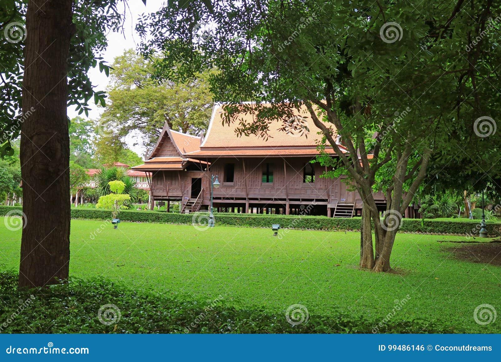 Oszałamiająco Tajlandzkiego stylowego tradycyjnego rocznika drewniany dom w Sanam Chan, Tajlandia