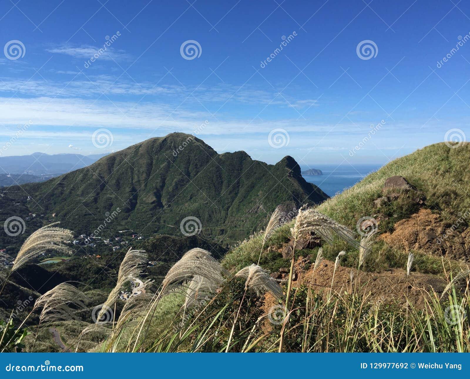 Oszałamiająco Tajwański widok górski w jesieni