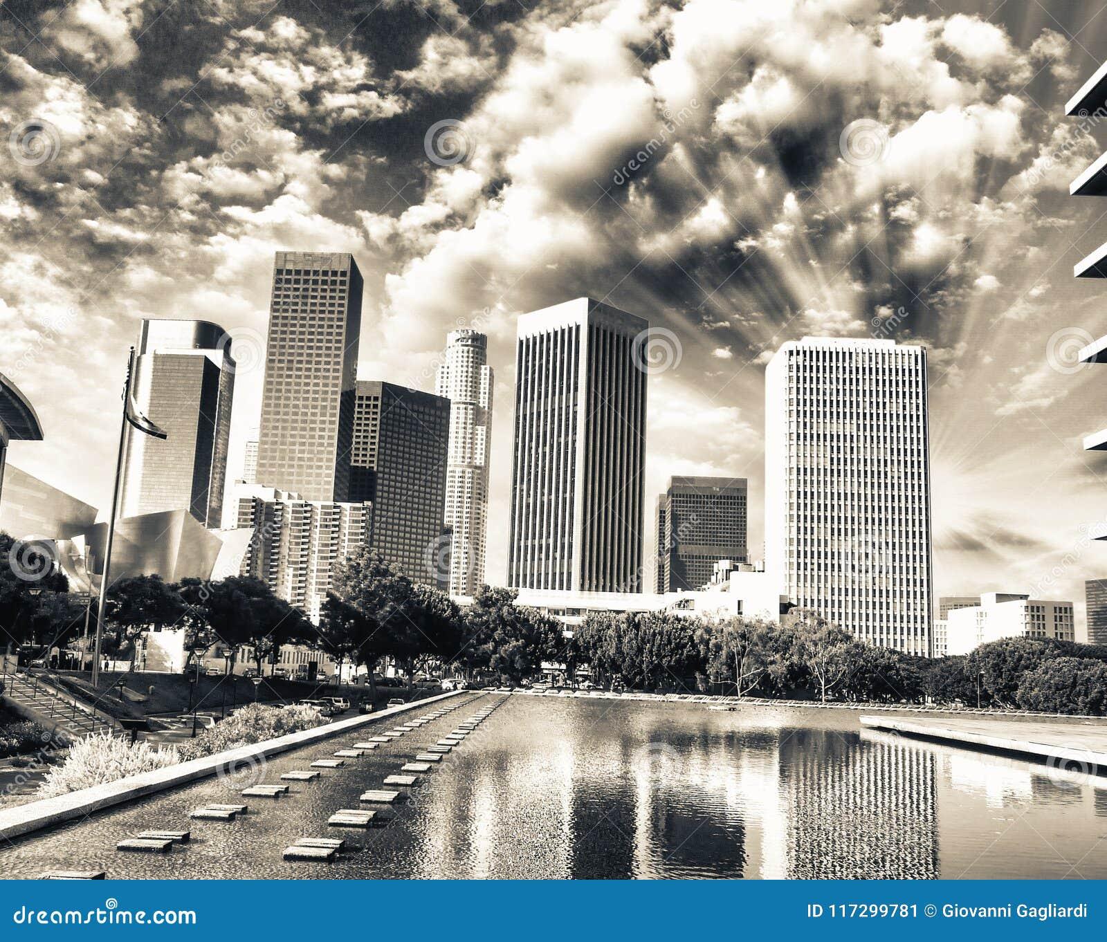 Oszałamiająco widok Los Angeles skyine przy zmierzchem