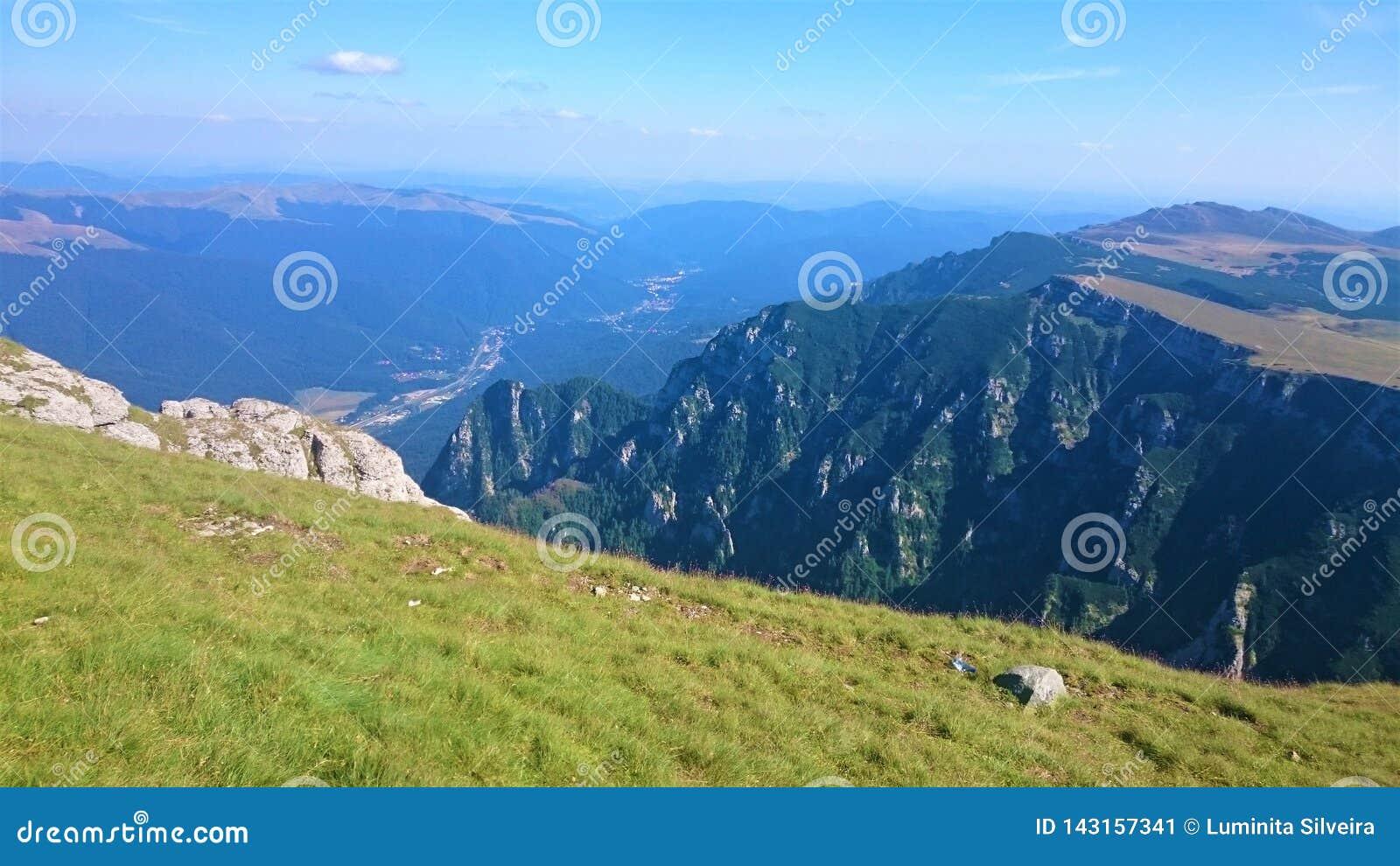 Oszałamiająco widok z wierzchu Carpathians