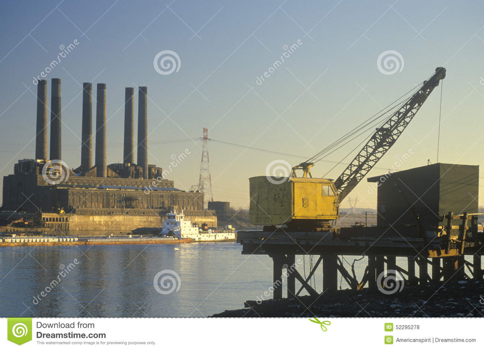 Oszczędnościowa adry barka na rzece mississippi w wschodu St Louis i roślina, Missouri