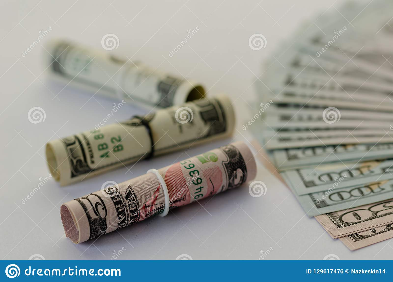 Oszczędzania i skumulowania dolarowi banknoty są na białym tle
