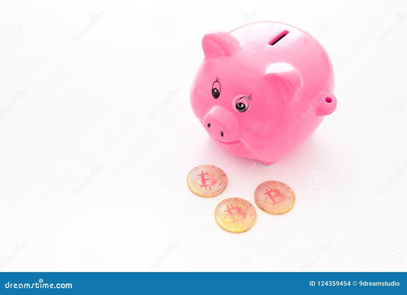 Oszczędzania Moneybox w kształcie świniowate pobliskie monety na białej tło kopii przestrzeni