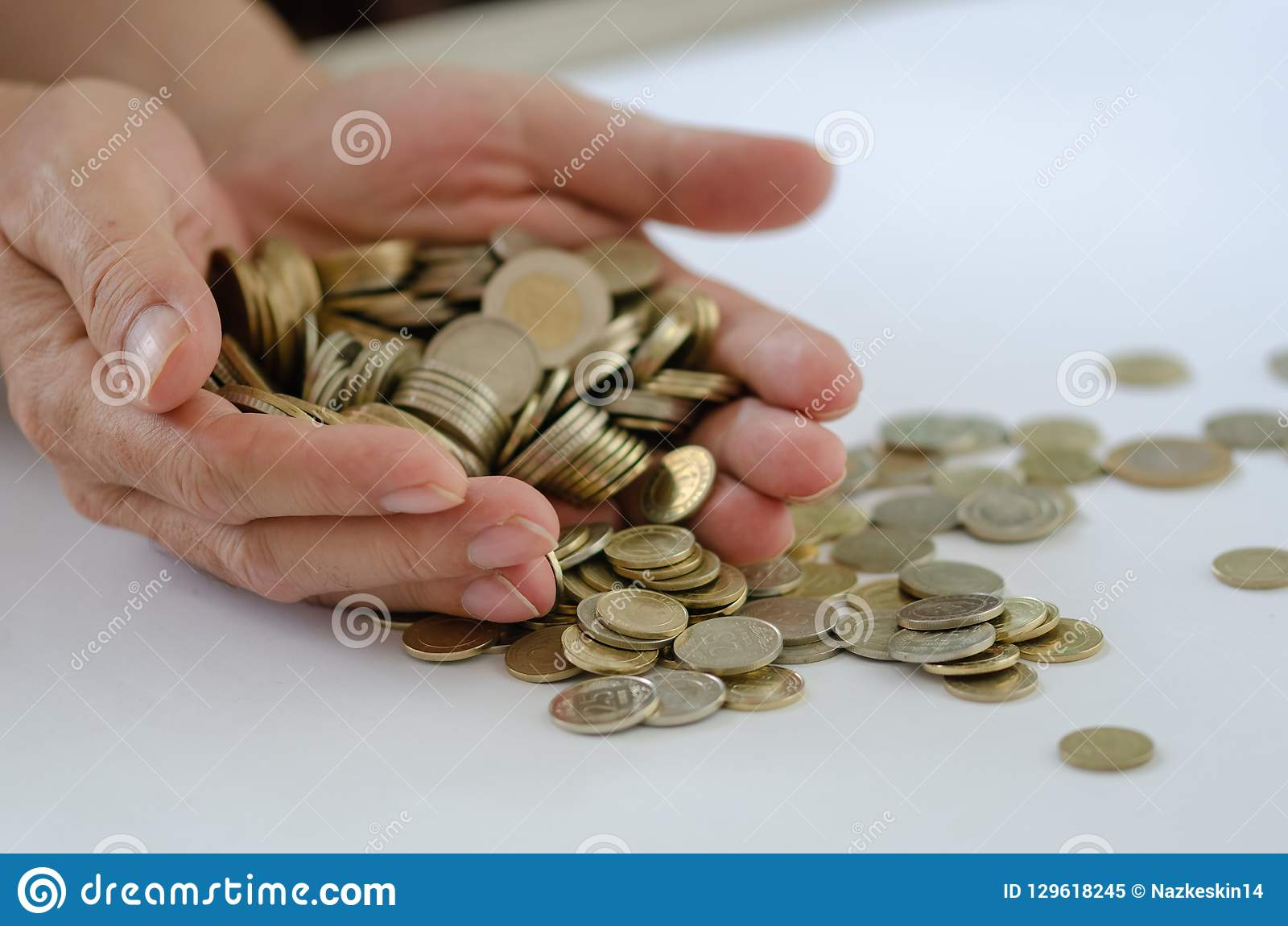 Oszczędzanie Tam są wiele monety w męskiej ręce