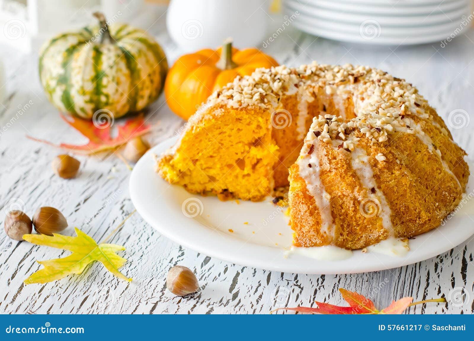 Oszklony bania tort z hazelnuts na bielu talerzu