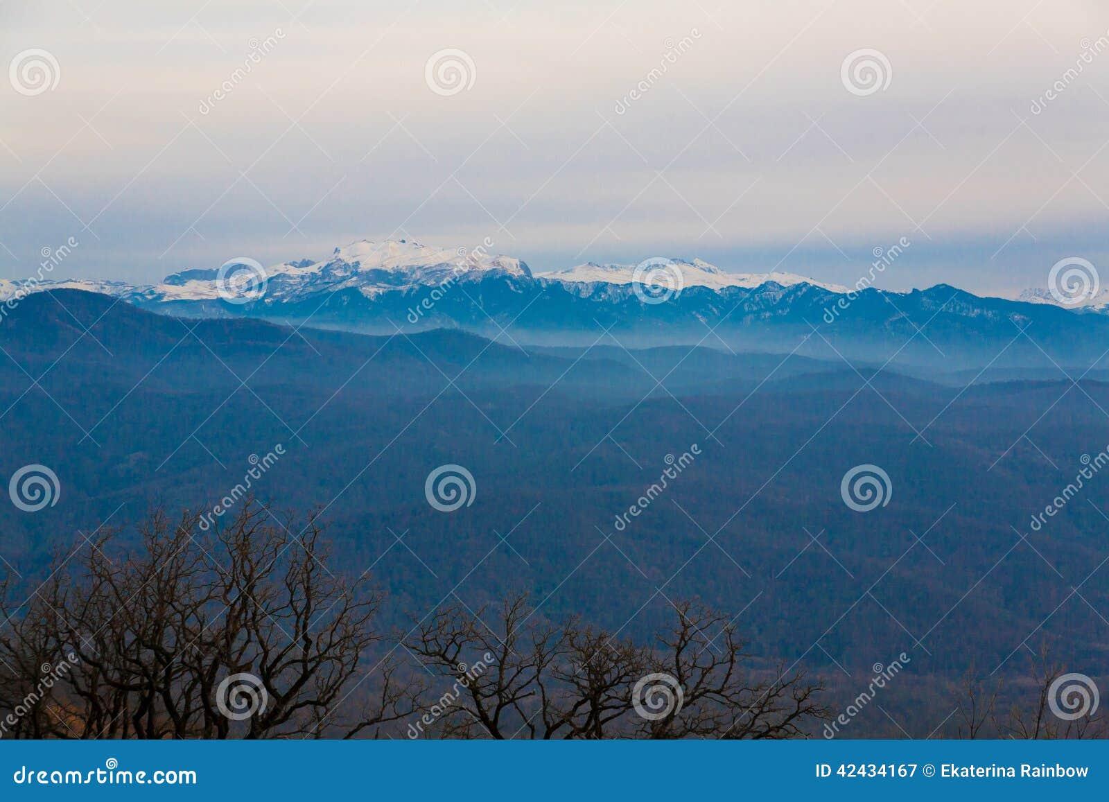 Otoño de la puesta del sol de la montaña