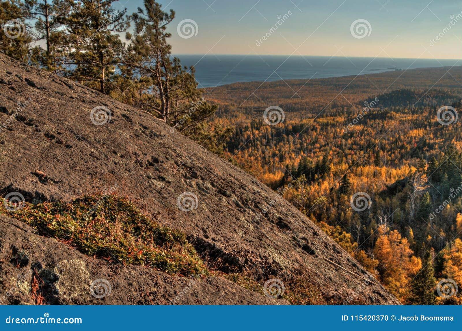 Otoño en Carlton Peak de las montañas del diente de sierra en Minnesota septentrional en la orilla del norte del lago Superior