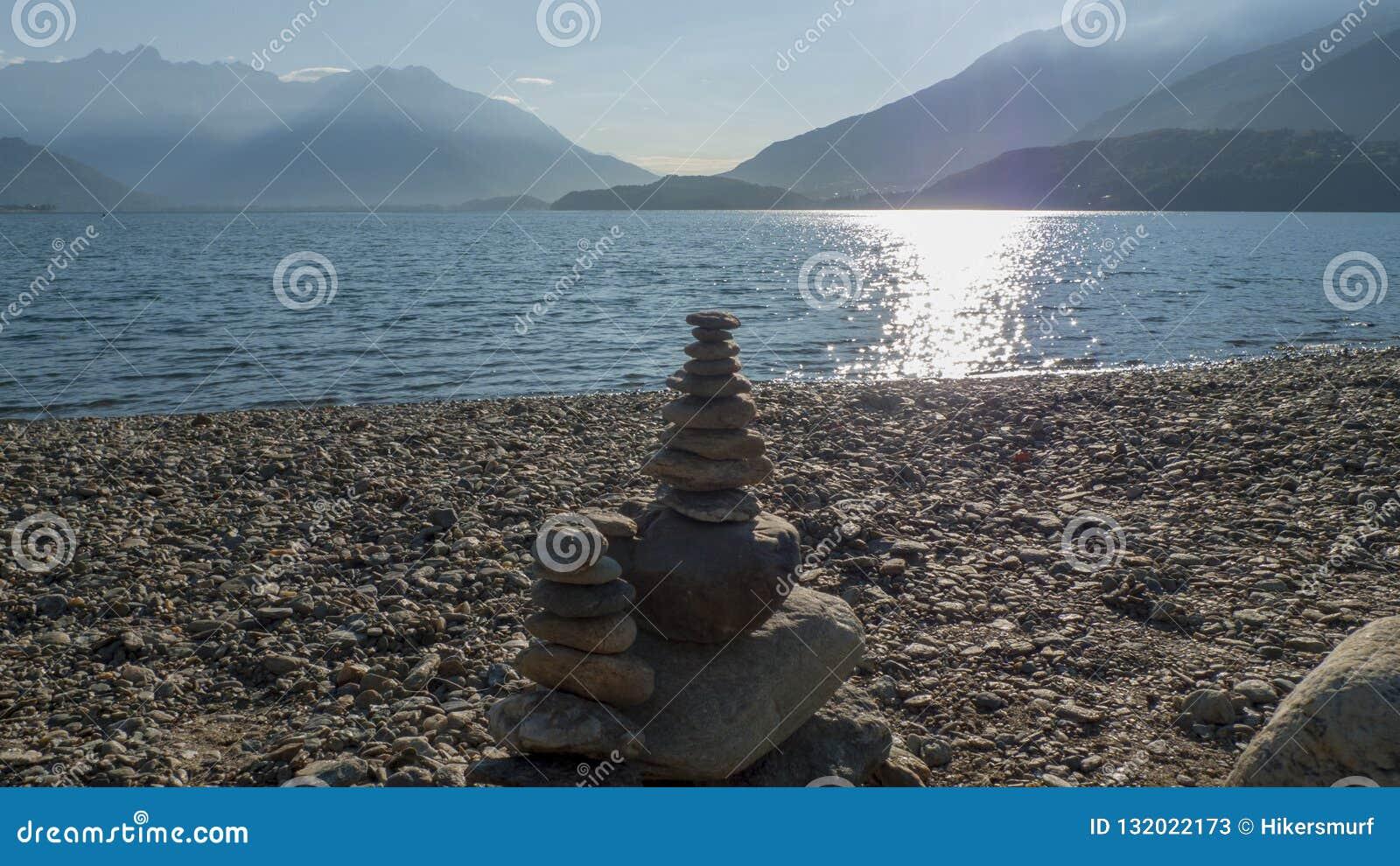 Otoczaki brogujący na górze each inny tworzyć mały wierza, płatowaty, na Jeziornym Como