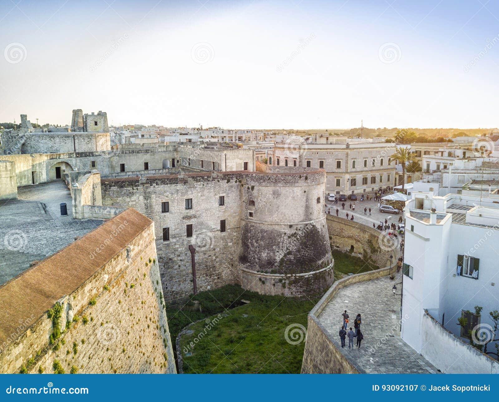 Otranto med den Aragonese slotten, Apulia, Italien