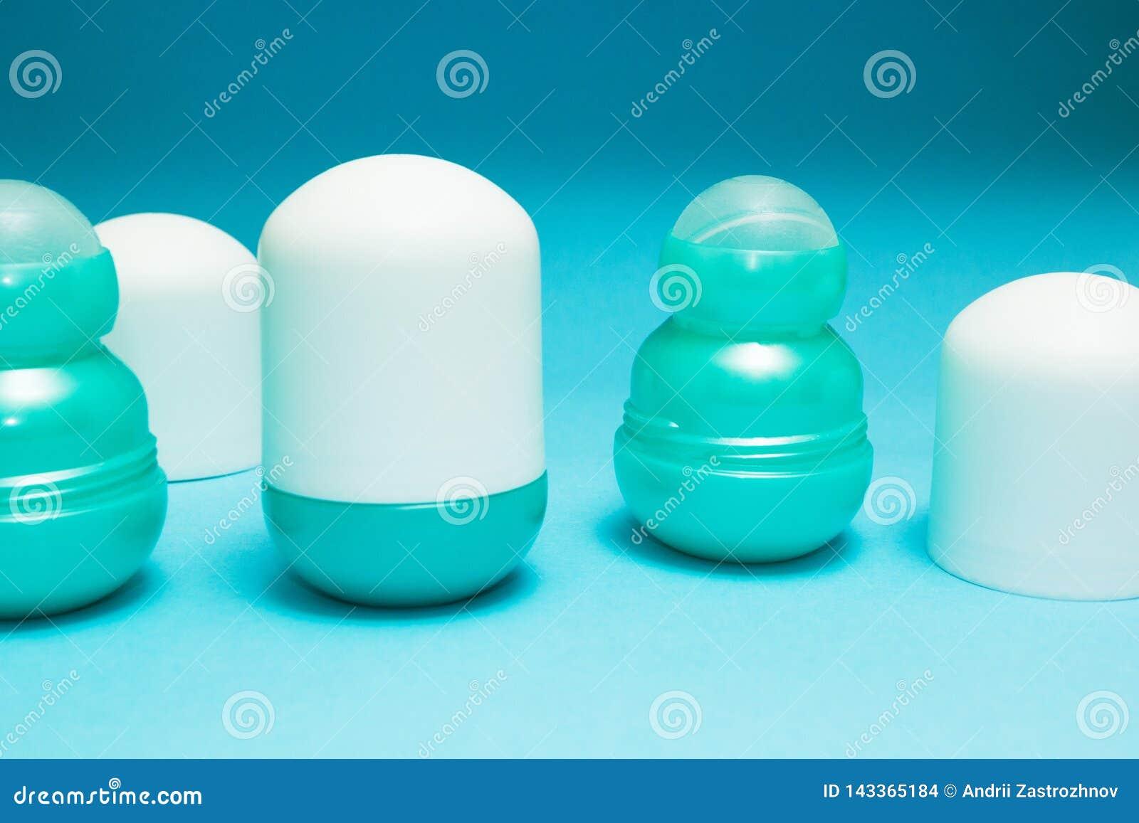 Otwarta dezodorant rolka na błękitnym tle, przestrzeń dla teksta lub etykietka,