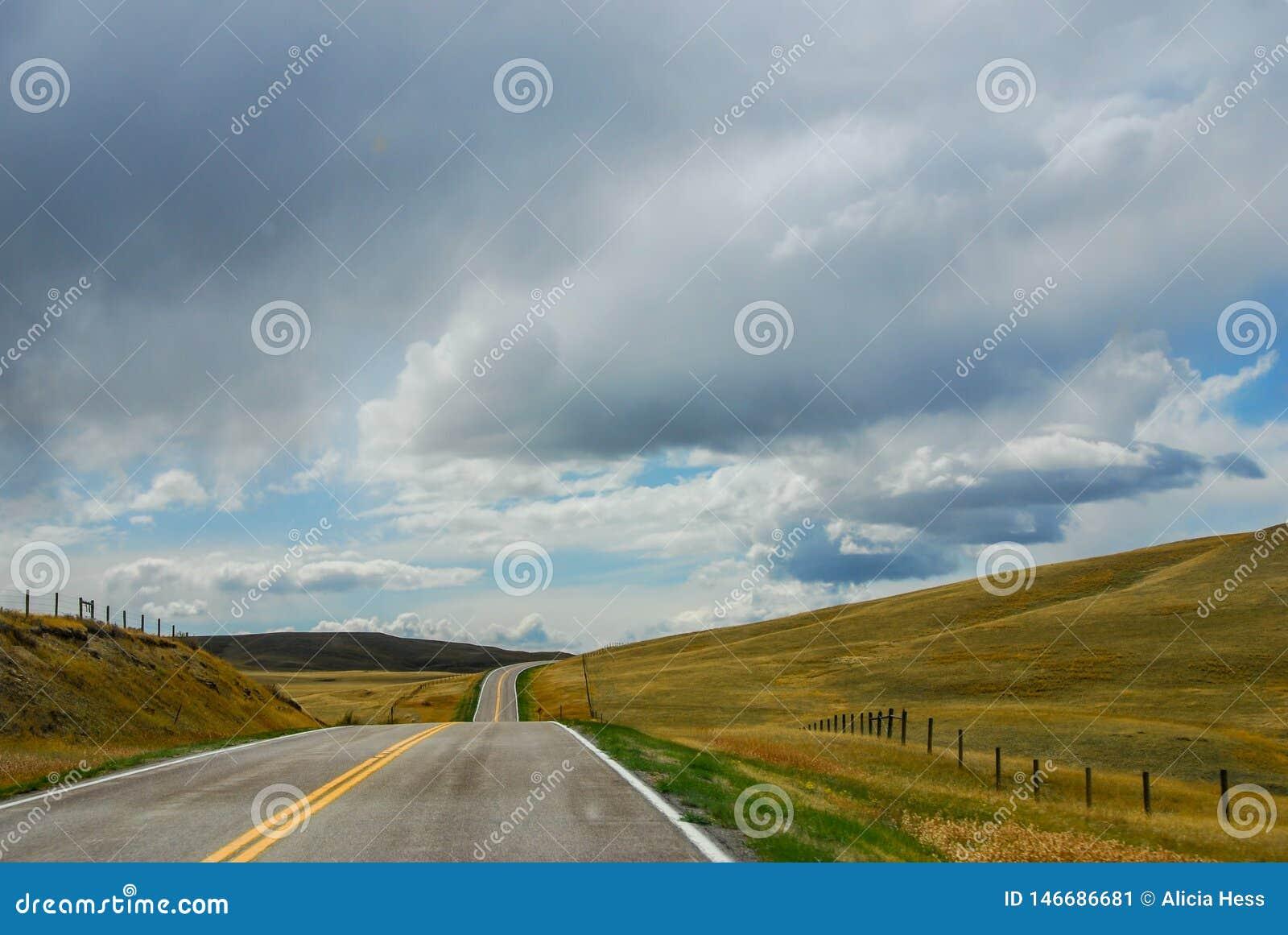 Otwarta droga w dużym niebo kraju