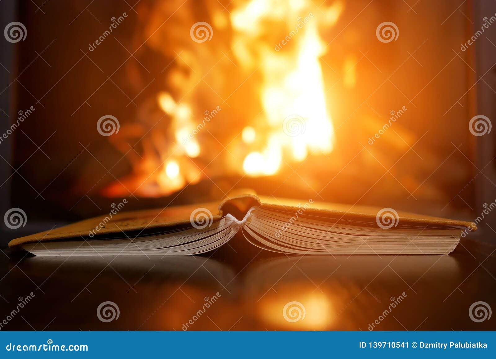 Otwarta książka obok graby