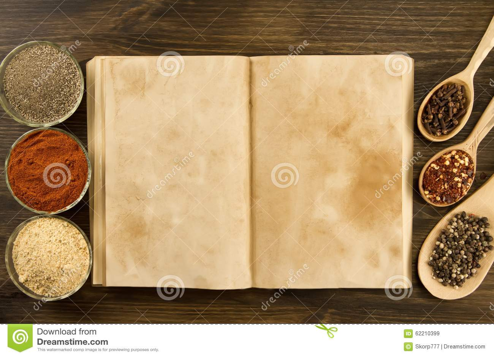 Otwarta rocznik książka z pikantność na drewnianym tle zdrowe jedzenie wegetarianin Przepis, menu, egzamin próbny up, gotuje