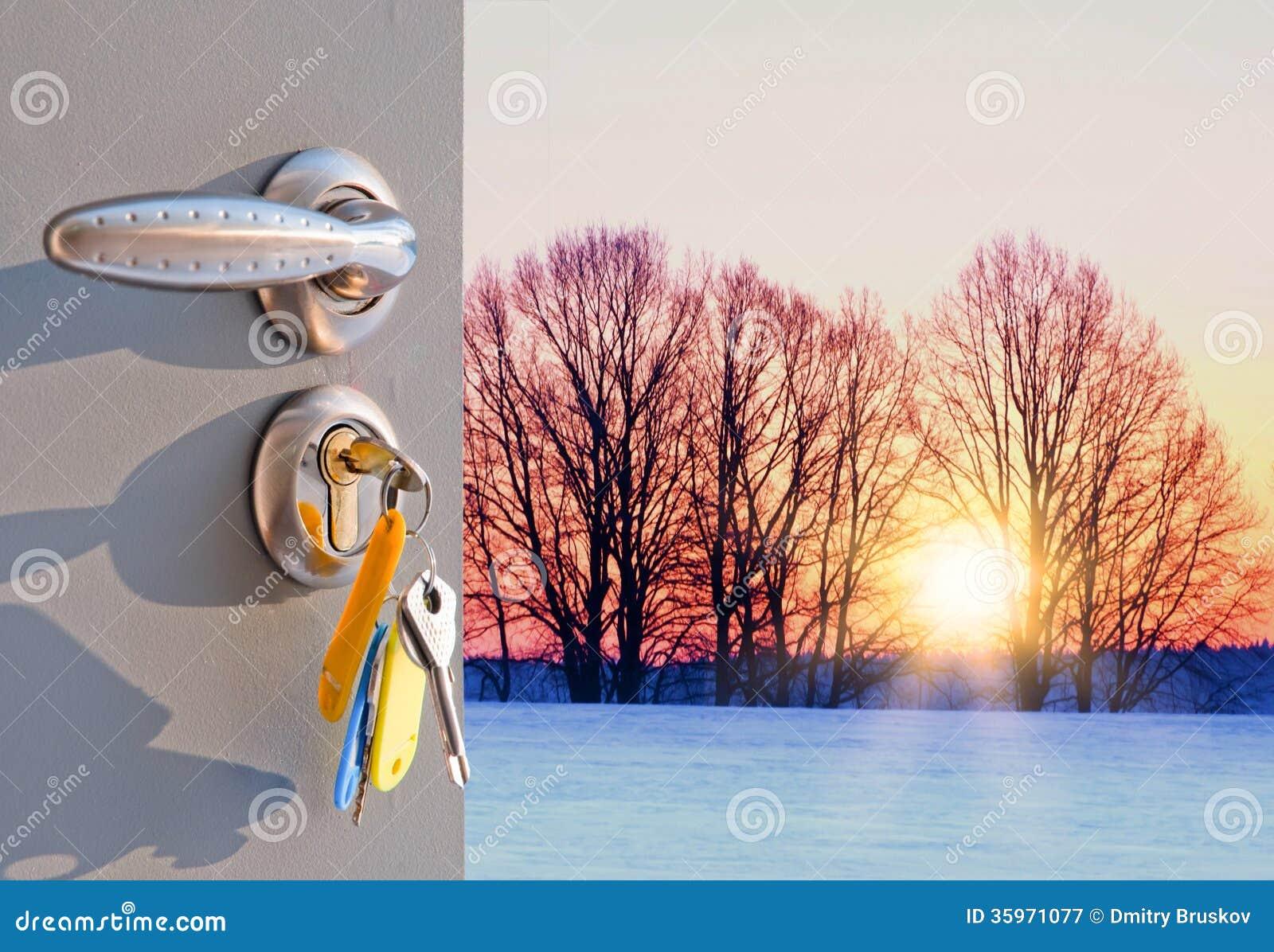 Otwarte drzwi zmierzch w zimie
