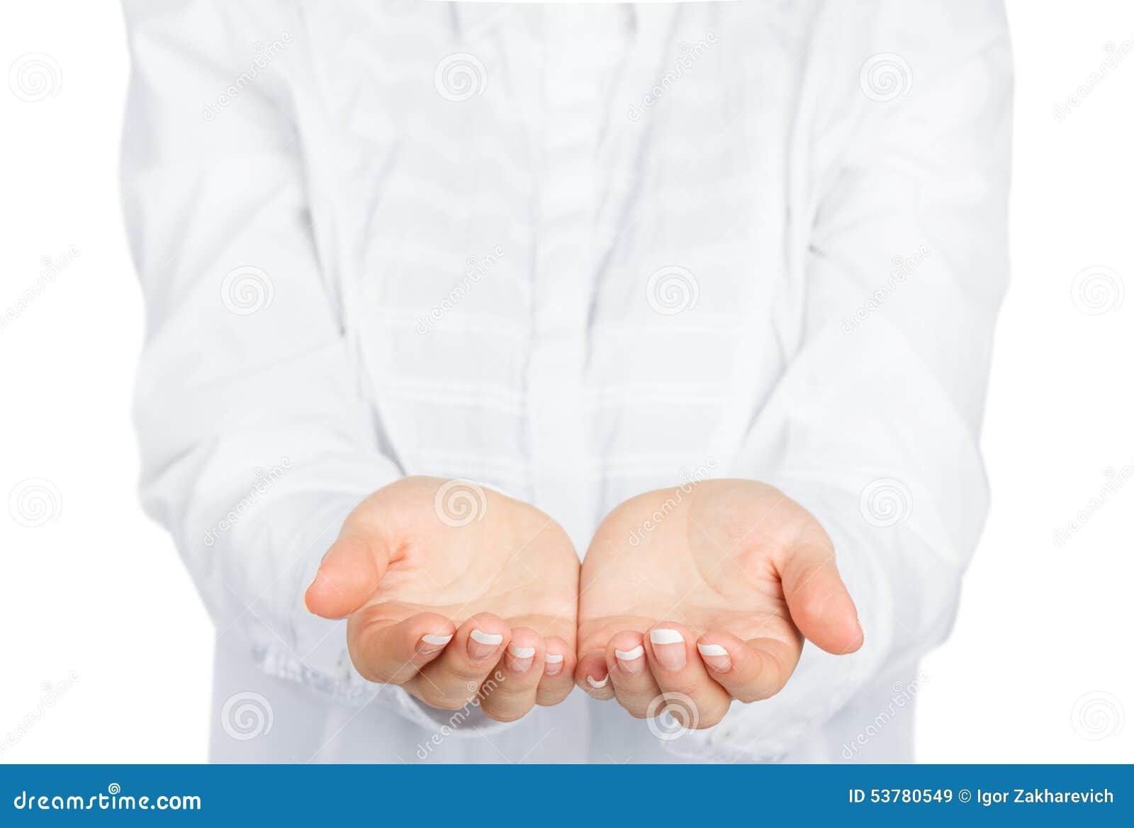 Otwarte kobiet ręki z kurtką