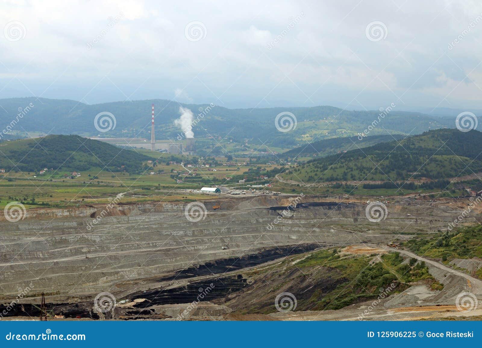 Otwartej jamy kopalnia węgla Pljevlja i termiczna elektrownia