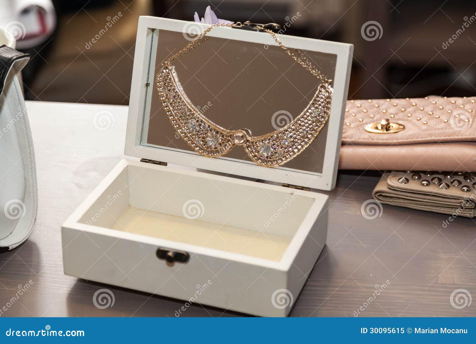 Otwarty jewlery pudełko