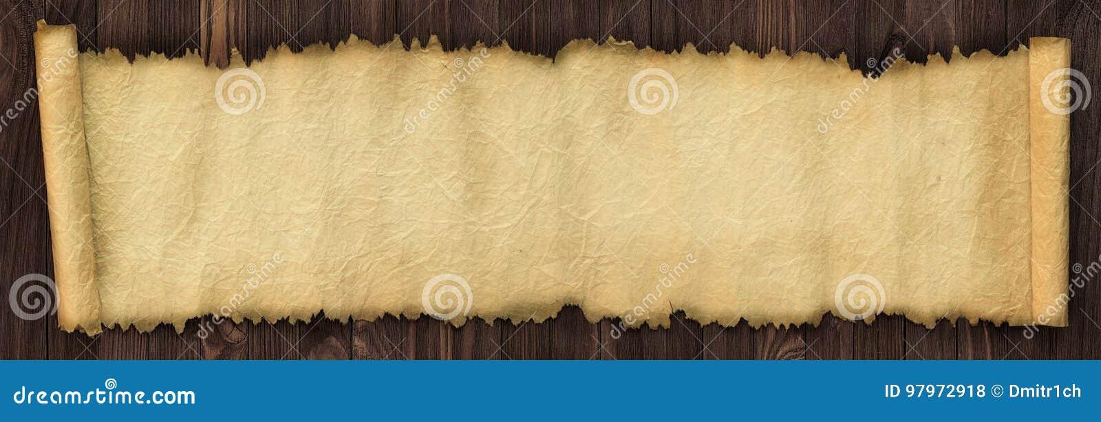 Otwiera antyczną ślimacznicę na drewnianym stole, panoramiczny papierowy backgroun