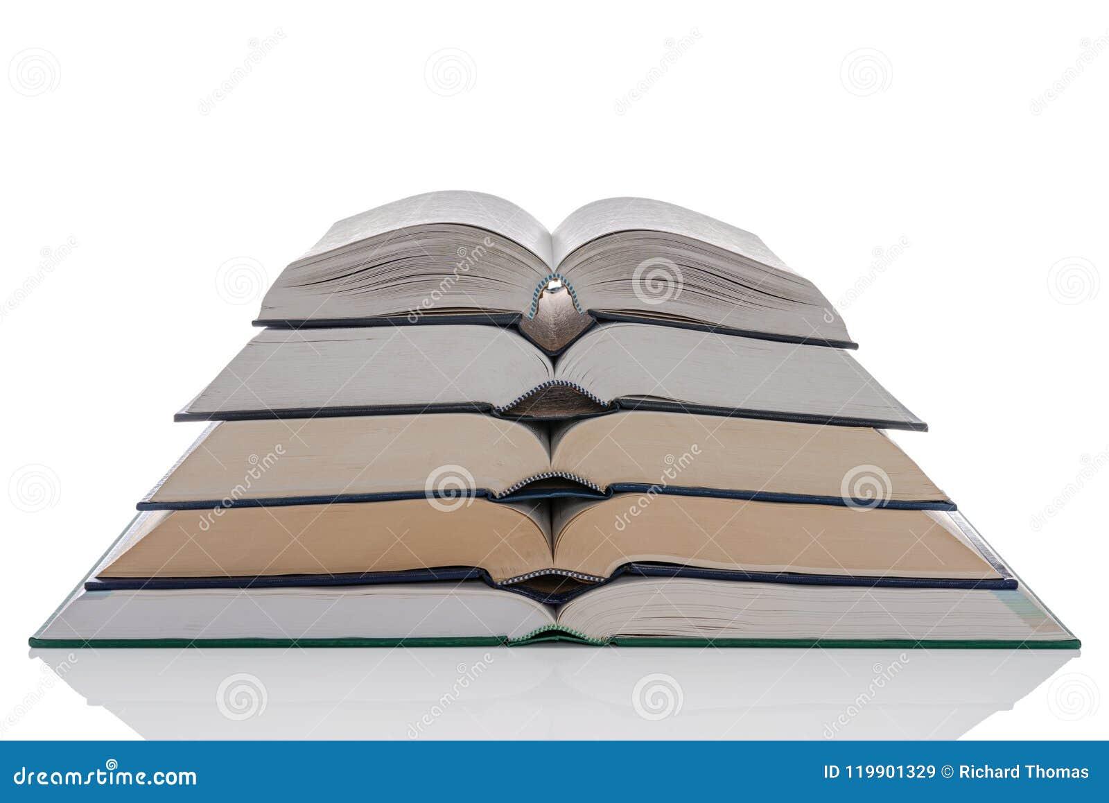 Otwiera hardback książek stertę na bielu