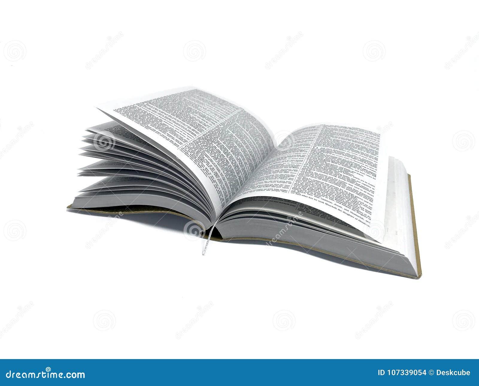 Otwiera Książkową biblię w białej tło fotografii