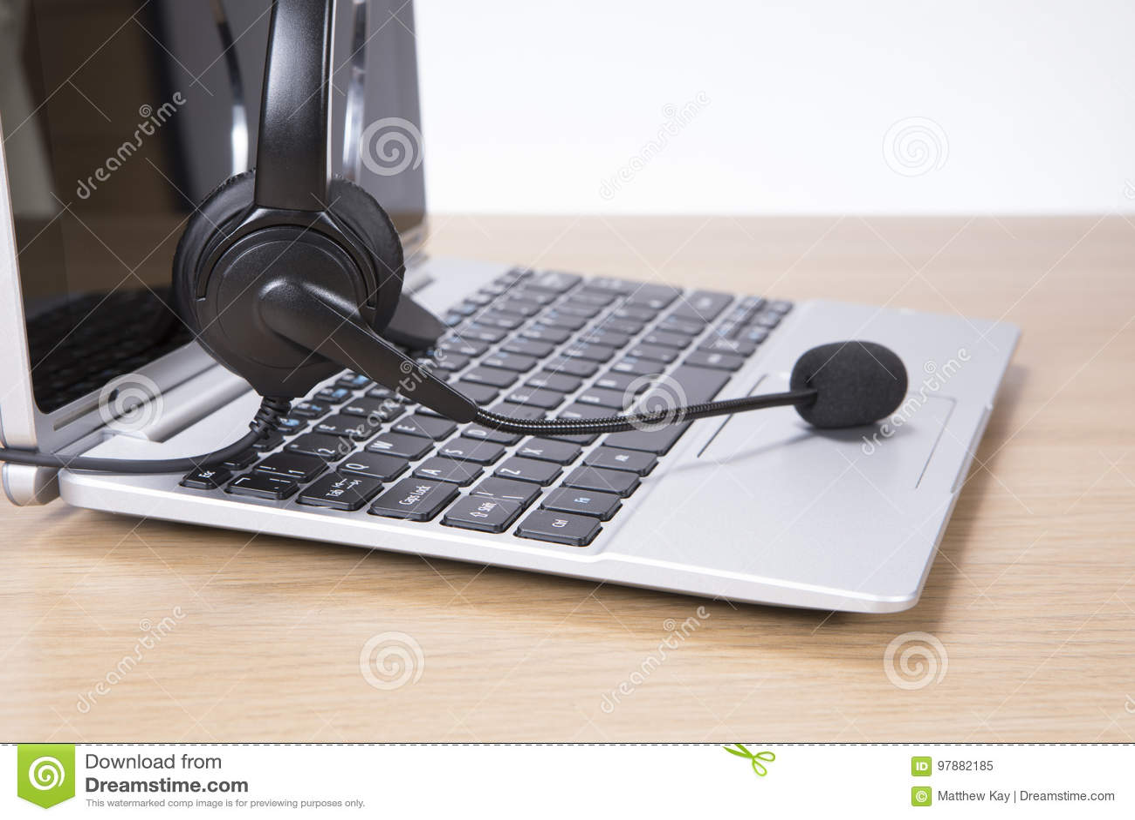 Otwiera laptop z słuchawki