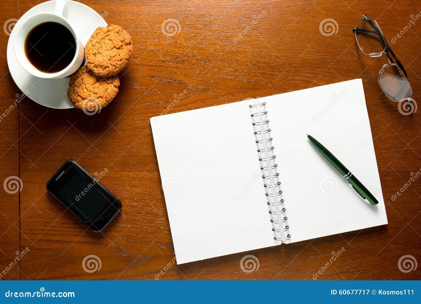Otwiera notatnika z pustymi stronami