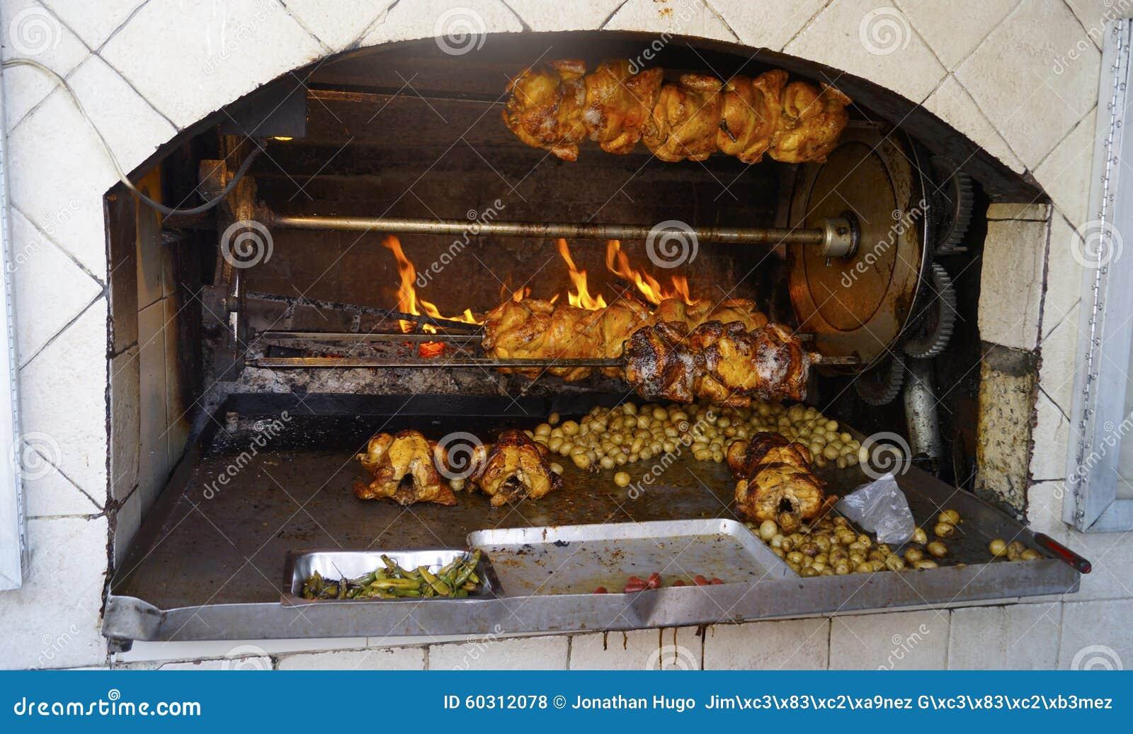 Otwiera piekarnika z niektóre grulami w nim i chikens