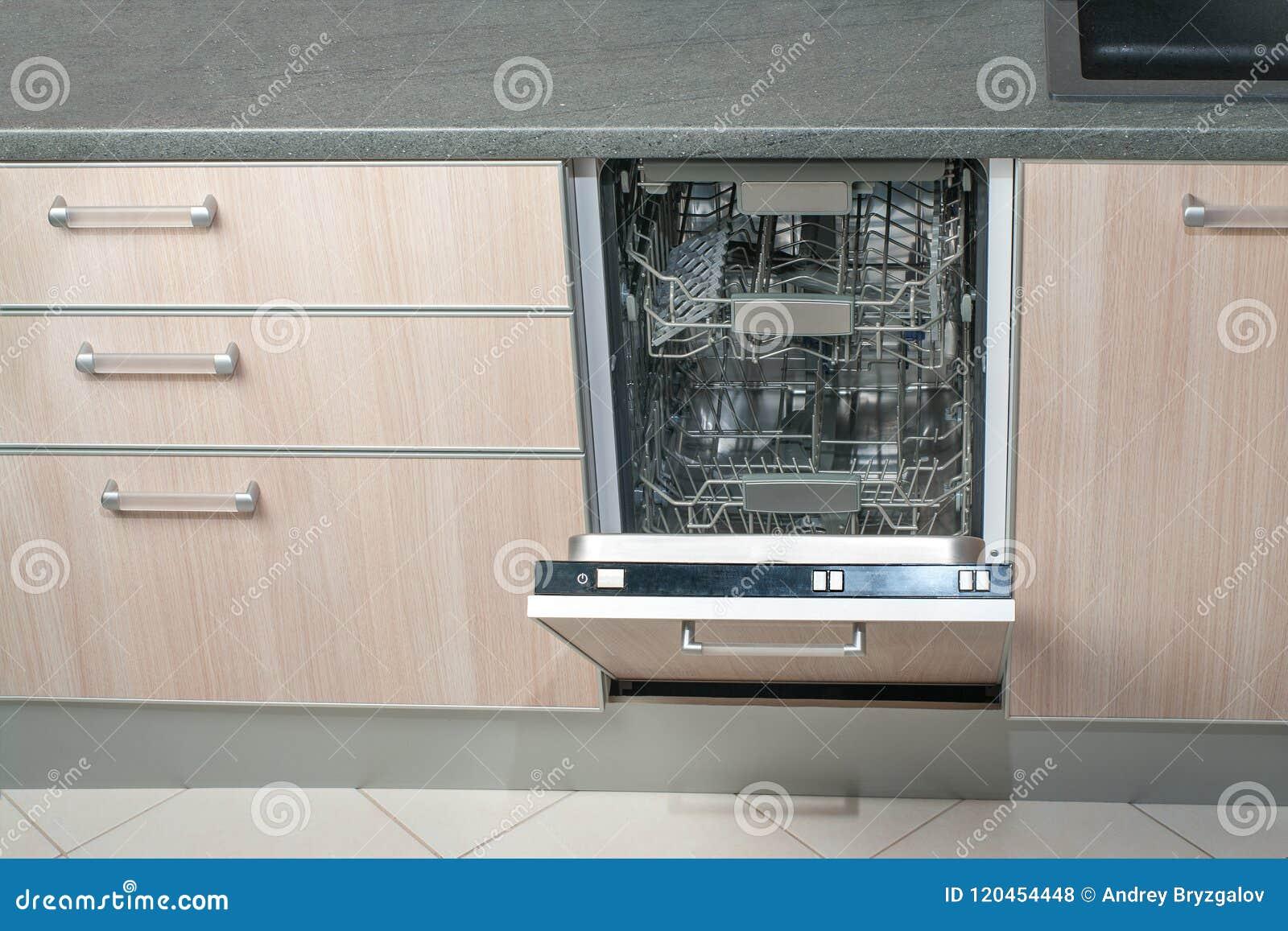 Otwiera pustego zmywarkiego do naczyń w kuchni Nowożytna mądrze elektroniczna housekeeping technologia