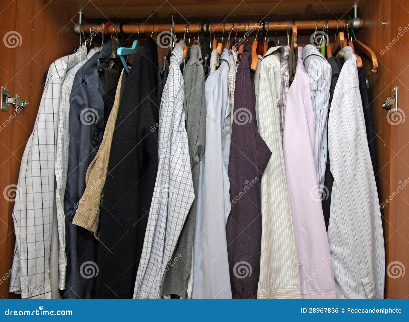 Otwiera szafę z wiele eleganckimi koszula dla znacząco spotkań